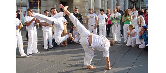 """Leçon et cours d'essaie de capoeira avec l'association """"Vamos Capoeira"""" en plein Paris."""