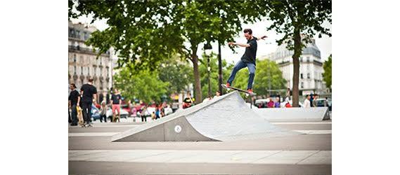 Il s'agit d'un skate parc situé à Paris pour les adeptes de rollers et de sports de glisse.