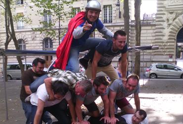 pyramide humaine anniversaire insolite paris