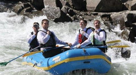 Les témoins prêts pour le mariage dans le rafting
