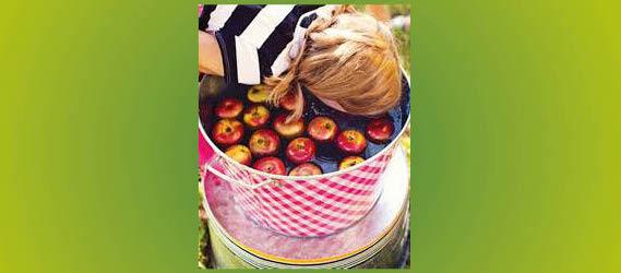 Jeux d'eau pour survivre à la canicule à Paris - Pommes dans l'eau