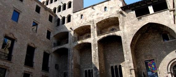 7 lugares que visitar en el barrio Gótico- palacio real Intripid